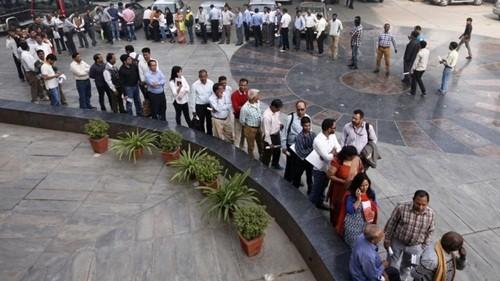 Người Ấn Độ xếp hàng dài trước ngân hàng vì thiếu tiền - ảnh 1