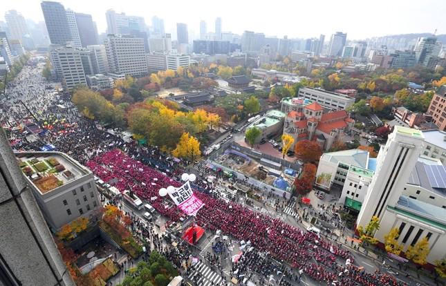 Hàng chục nghìn người biểu tình đòi Tổng thống Hàn Quốc từ chức - ảnh 1