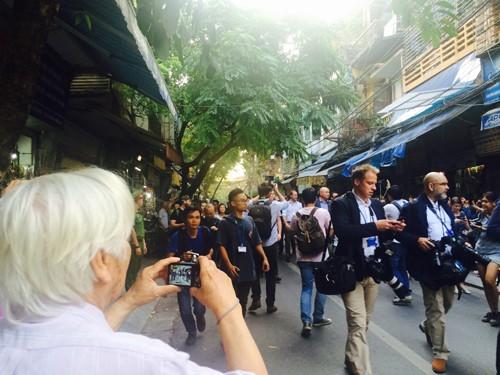 Hoàng tử Anh William uống cà phê trên phố cổ Hà Nội  - ảnh 1