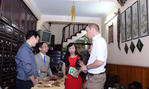 Hoàng tử Anh William uống cà phê trên phố cổ Hà Nội  - ảnh 2