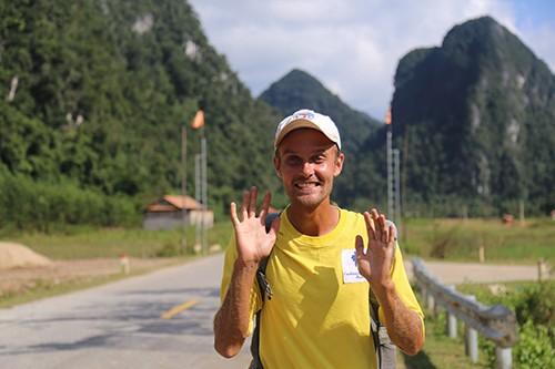 Anh Tây đi bộ khắp thế giới mê mẩn núi rừng Việt Nam - ảnh 1
