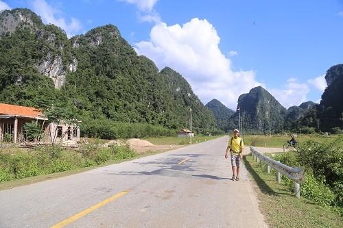 Anh Tây đi bộ khắp thế giới mê mẩn núi rừng Việt Nam - ảnh 2