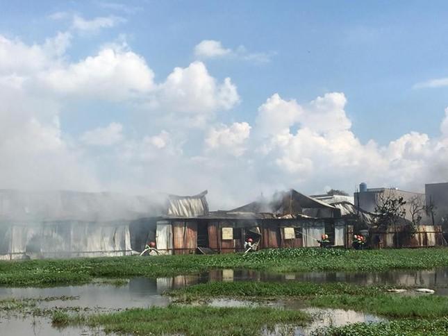 Cháy lớn ở xưởng sản xuất nón bảo hiểm ngoại ô Sài Gòn - ảnh 1