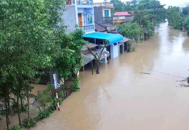 Hàng nghìn hộ dân Bình Định bị cô lập, ngập sâu trong lũ lớn - ảnh 1