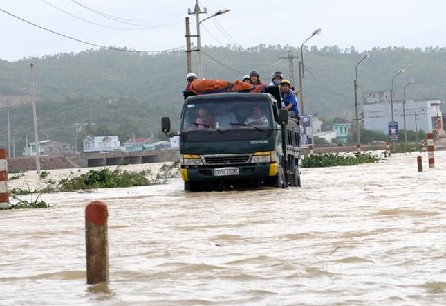 Hàng nghìn hộ dân Bình Định bị cô lập, ngập sâu trong lũ lớn - ảnh 2