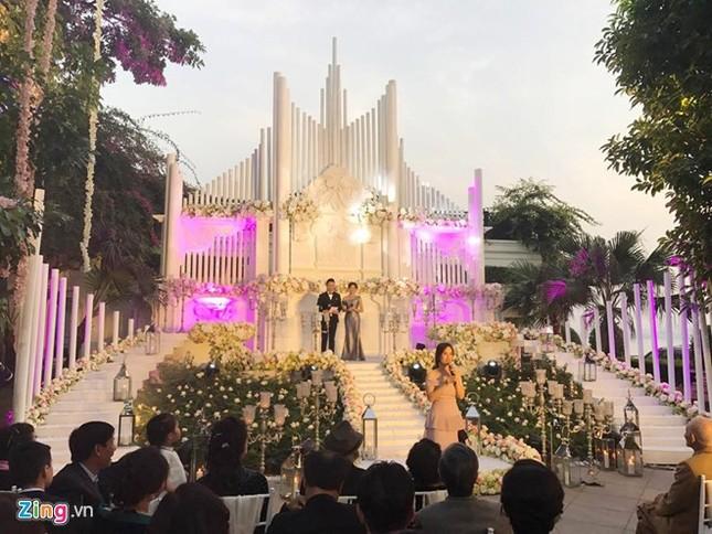 MC Mai Ngọc mặc váy đính 10.000 viên pha lê trong tiệc cưới - ảnh 1