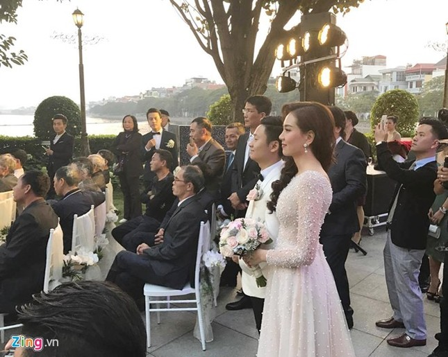 MC Mai Ngọc mặc váy đính 10.000 viên pha lê trong tiệc cưới - ảnh 2