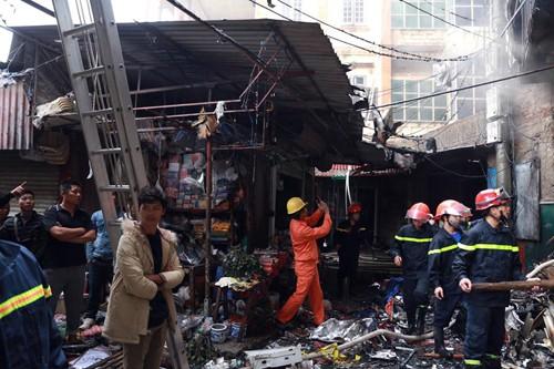 Siêu thị 6 tầng cháy rụi, lan sang nhiều quầy hàng trong chợ  - ảnh 2