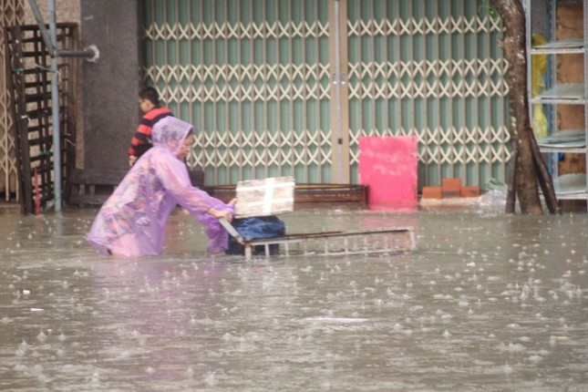 Mưa lớn 4 ngày, trung tâm Quảng Nam ngập sâu - ảnh 4