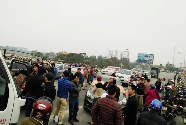 Dân đưa ôtô chặn cầu Bến Thủy 1 để phản đối thu phí cao - ảnh 1