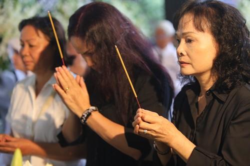 Gia đình, đồng nghiệp tiễn biệt nghệ sĩ Quang Lý trong giai điệu 'Thuyền và biển'  - ảnh 8