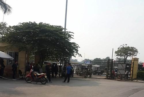 Vé 'chợ đen' tăng vọt, người mua đạp đổ cổng VFF - ảnh 1