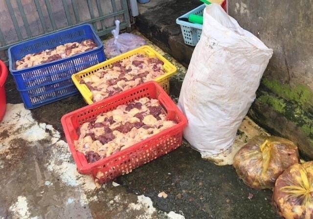 Bắt nhiều xe khách chở thực phẩm bẩn về miền Tây - ảnh 1
