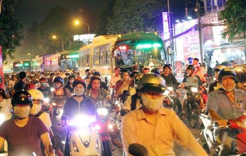 Hơn 40 xe bị thiêu rụi trong vụ cháy cây xăng ở Sài Gòn - ảnh 10