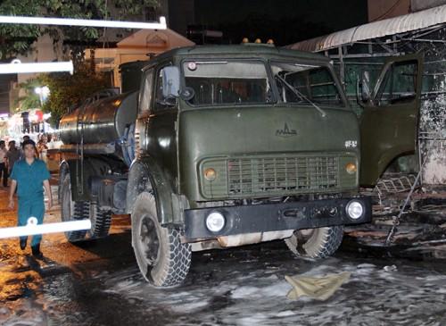 Hơn 40 xe bị thiêu rụi trong vụ cháy cây xăng ở Sài Gòn - ảnh 1