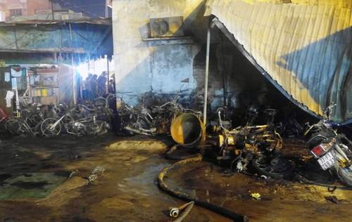 Hơn 40 xe bị thiêu rụi trong vụ cháy cây xăng ở Sài Gòn - ảnh 2