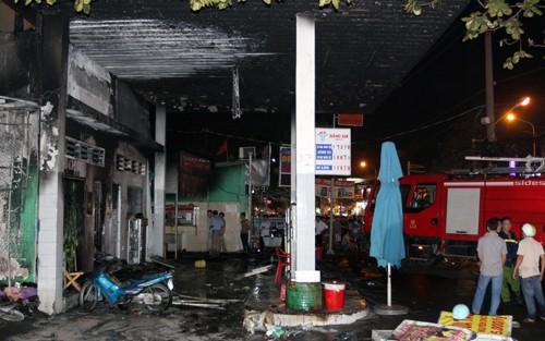 Hơn 40 xe bị thiêu rụi trong vụ cháy cây xăng ở Sài Gòn - ảnh 7