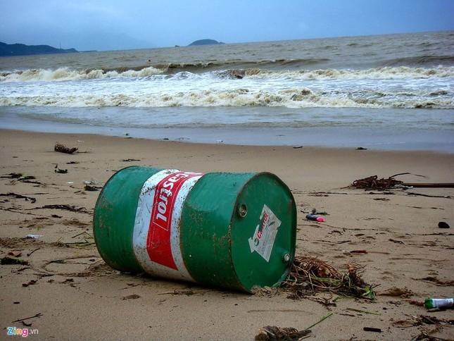 Bãi biển đẹp nhất thế giới xác xơ sau lũ - ảnh 6
