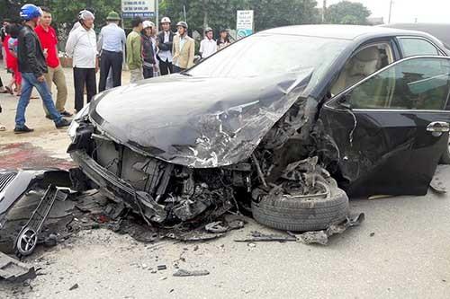Xe camry bị đâm nát sau tai nạn liên hoàn - ảnh 1