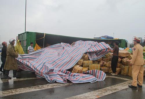 Người dân đội mưa gom 30 tấn dừa giúp tài xế - ảnh 1