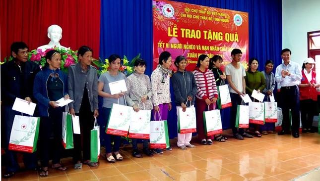 Trưởng ban Tuyên giáo Trung ương tặng quà Tết người nghèo - ảnh 1