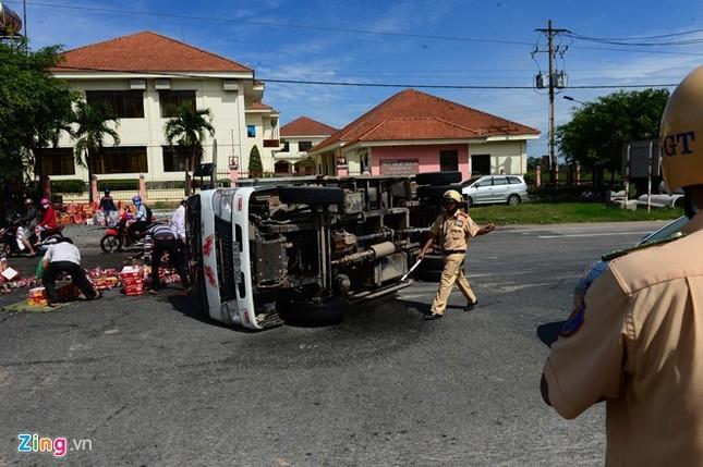Cảnh sát bê nước ngọt giúp tài xế bị lật xe - ảnh 2