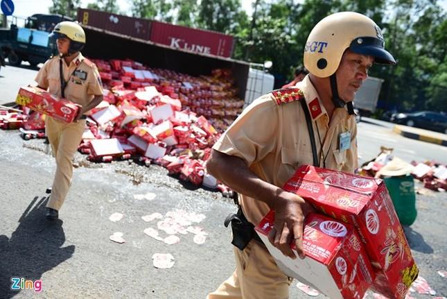 Cảnh sát bê nước ngọt giúp tài xế bị lật xe - ảnh 4