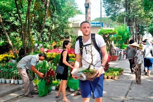 Đường phố Sài Gòn ngập hoa, nhộn nhịp không khí Tết - ảnh 8