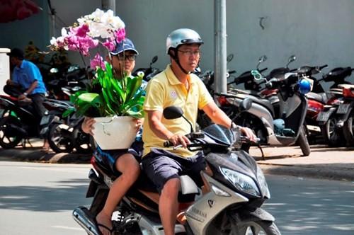 Đường phố Sài Gòn ngập hoa, nhộn nhịp không khí Tết - ảnh 9