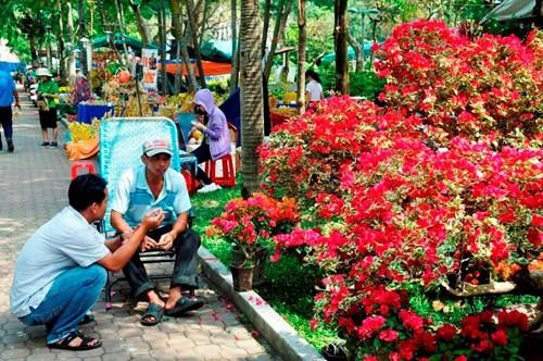 Đường phố Sài Gòn ngập hoa, nhộn nhịp không khí Tết - ảnh 12
