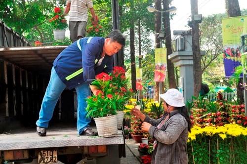 Đường phố Sài Gòn ngập hoa, nhộn nhịp không khí Tết - ảnh 11