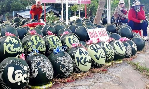 Dưa hấu khắc chữ thư pháp bán ngập đường phố Cà Mau - ảnh 5