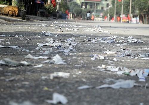 Xác pháo đầy quốc lộ ở Hà Tĩnh - ảnh 1