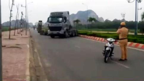 Truy tìm tài xế xe đầu kéo đánh võng, chống đối cảnh sát giao thông - ảnh 1
