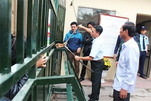 Tiểu thương đánh trống phản đối việc đóng cửa chợ gốm Bát Tràng - ảnh 1