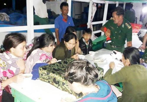 14 người chìm canô ở Kiên Giang được cứu nhờ đèn điện thoại - ảnh 1
