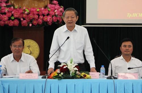 Phó chủ tịch TP HCM: 'Xem lại cách làm barie trên vỉa hè' - ảnh 1