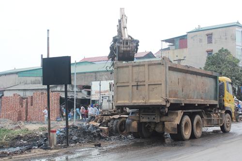 Dân chặn đường phản đối việc đốt phế thải gây ô nhiễm - ảnh 2
