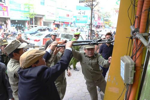 Nhiều người Hà Nội bị phạt tiền vì tè bậy, vứt mẩu thuốc lá ra đường - ảnh 1