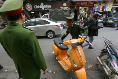 Chủ tịch quận ở Hà Nội viết thư ngỏ kêu gọi 'dành vỉa hè cho người đi bộ' - ảnh 1
