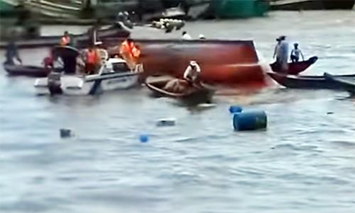 Chìm tàu ở lễ hội Nghinh Ông, 2 thiếu nữ tử vong - ảnh 1