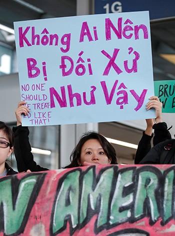 Người Mỹ gốc Việt biểu tình phản đối United Airlines tại sân bay - ảnh 1