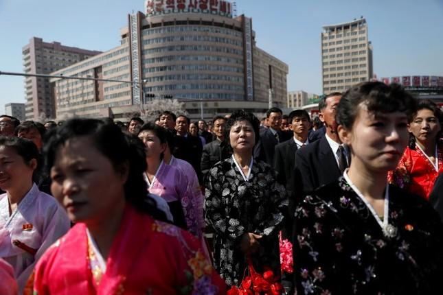 Lãnh đạo Kim Jong Un xuất hiện tươi cười giữa nguy cơ căng thẳng - ảnh 1