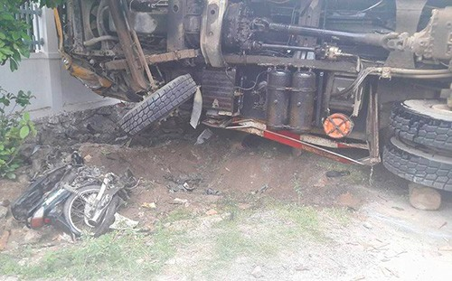 Hai vợ chồng tử vong dưới bánh ôtô tải - ảnh 1