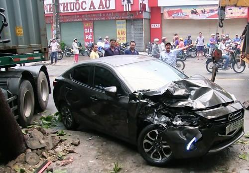 Xe container tông liên hoàn ở cửa ngõ Sài Gòn, bé trai tử vong - ảnh 1