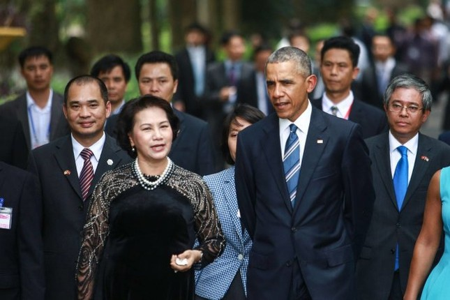 Võ Việt Chung kể chuyện 'thâm cung' áo dài nữ chính khách Việt - ảnh 1
