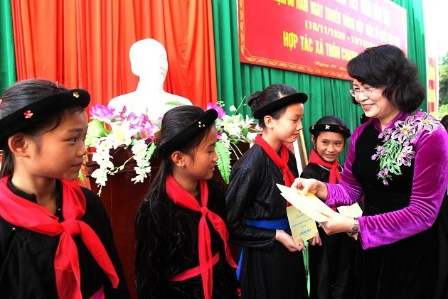 Võ Việt Chung kể chuyện 'thâm cung' áo dài nữ chính khách Việt - ảnh 2