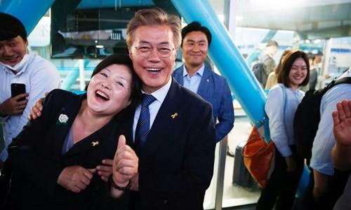 Tân tổng thống Hàn Quốc từng để vợ cầu hôn trước đám đông - ảnh 2