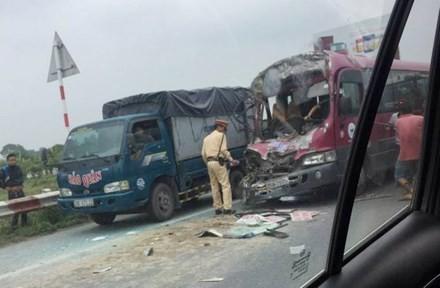 Phá cửa giải cứu nạn nhân xe khách gặp nạn trên cao tốc Pháp Vân - ảnh 1
