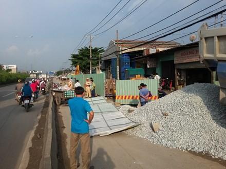 Xe ben đổ đá xuống đường khiến 2 người dân nguy kịch - ảnh 1